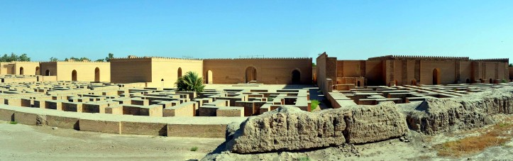 Panorama_view_of_the_reconstructed_Southern_Palace_of_Nebuchadnezzar_II,_6th_century_BC,_Babylon,_Iraqcropped