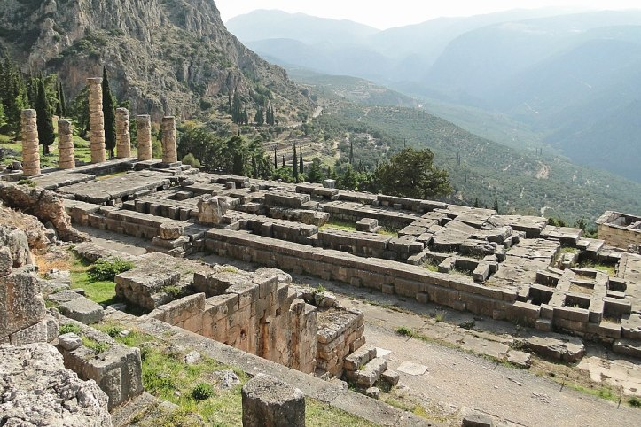 Temple Apollo Delphi Bernard Gagnon CC BY SA 4