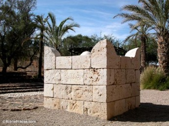 Beersheba-four-horned-altar-replica-tb110702422-bibleplaces